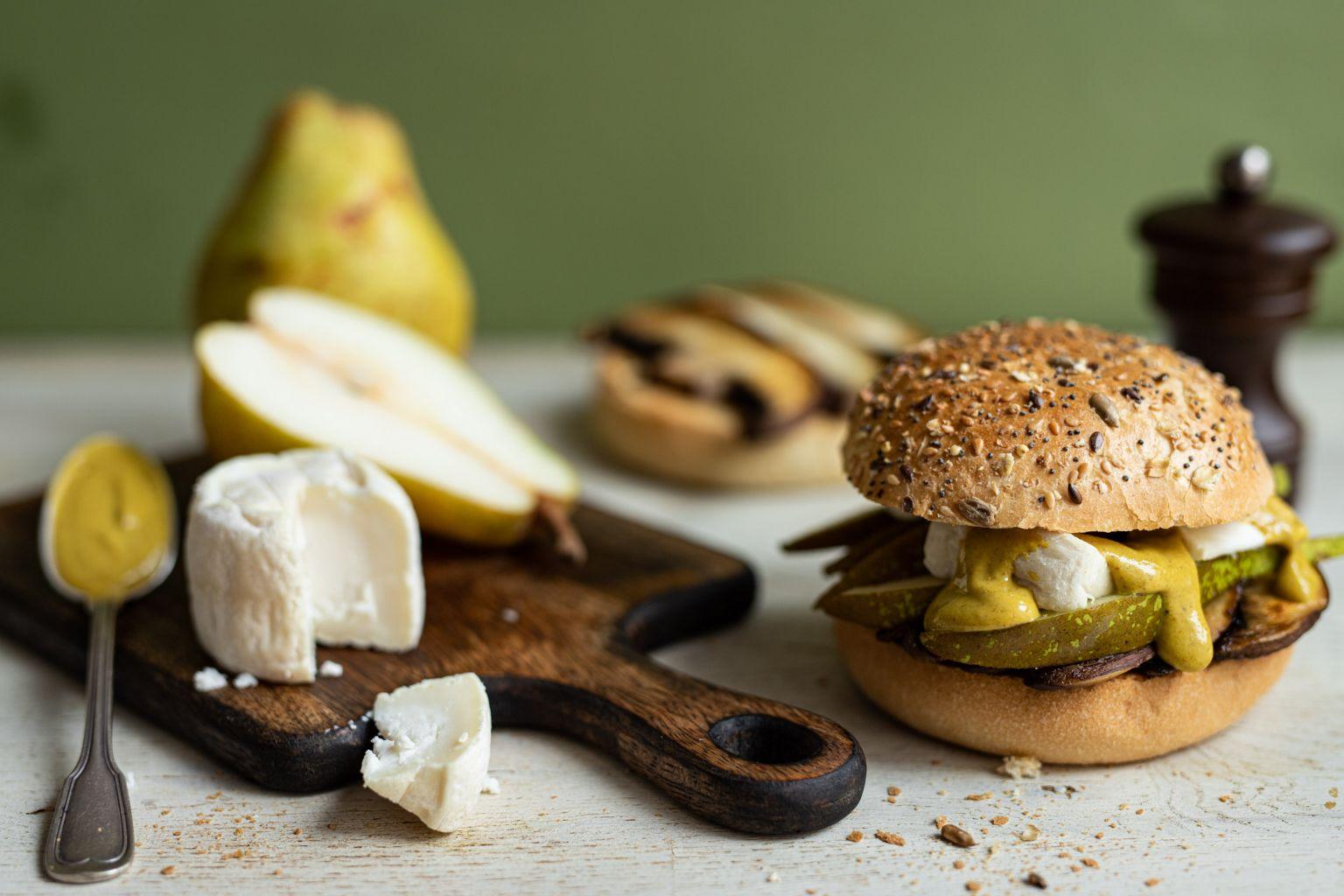 Burger au champignon Portobello, poire, crottin de chèvre et moutarde au curry