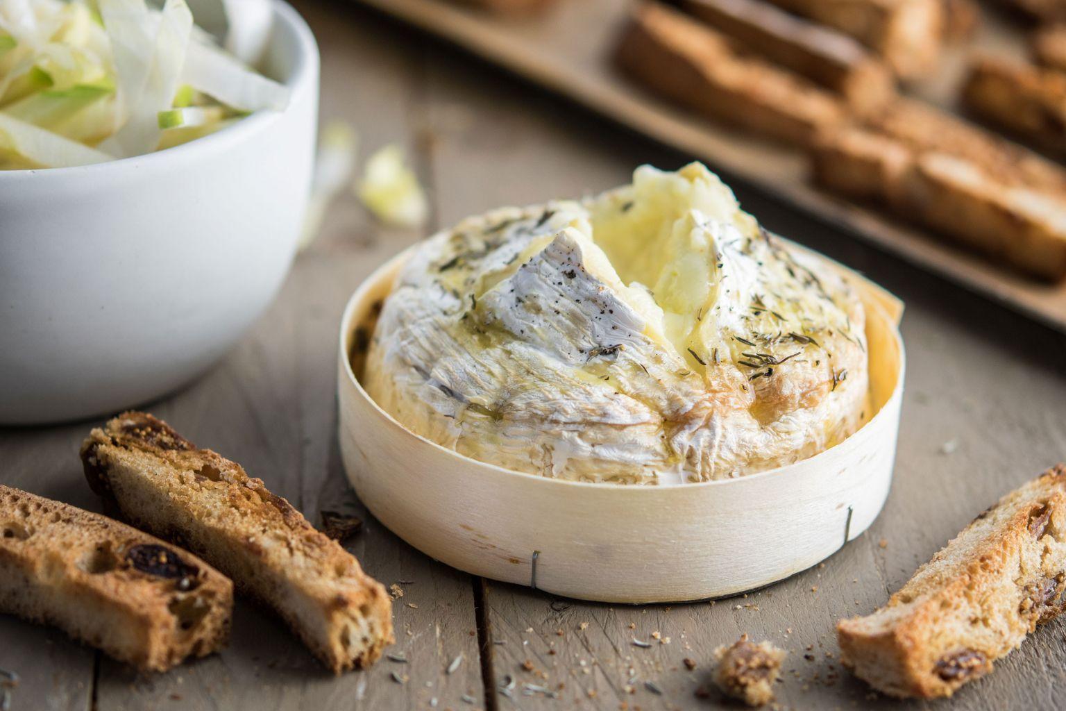 Camembert rôti au thym et pain aux figues