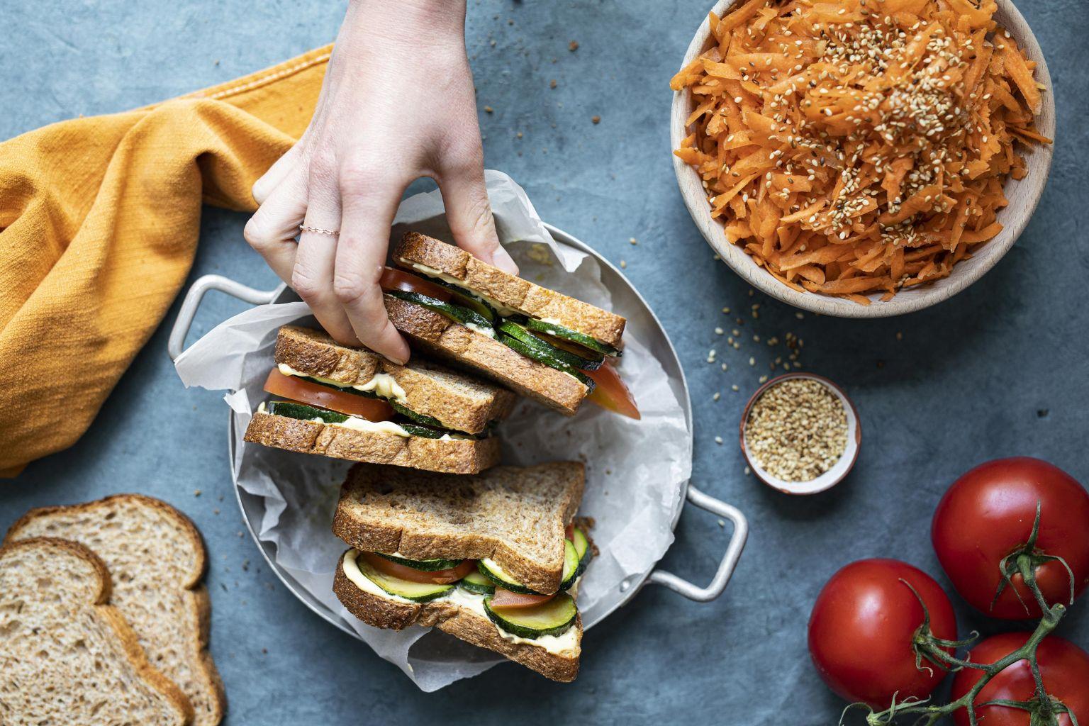 Club-sandwich asiatique aux légumes grillés et salade carotte/sésame
