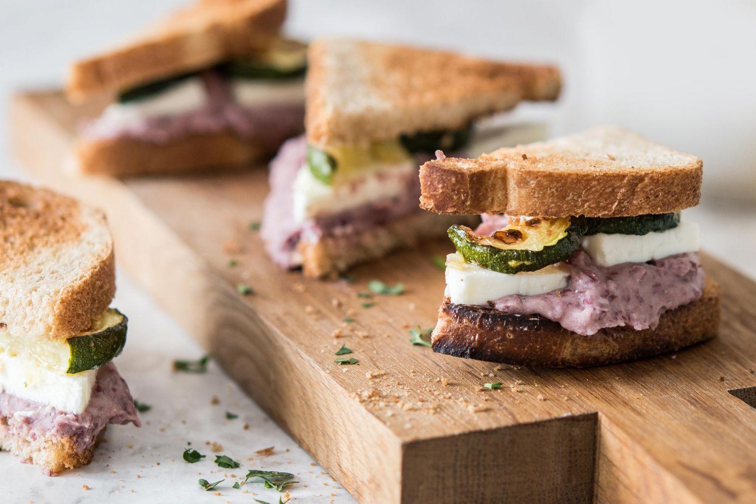 Club sandwiches au houmous de haricots rouges et féta