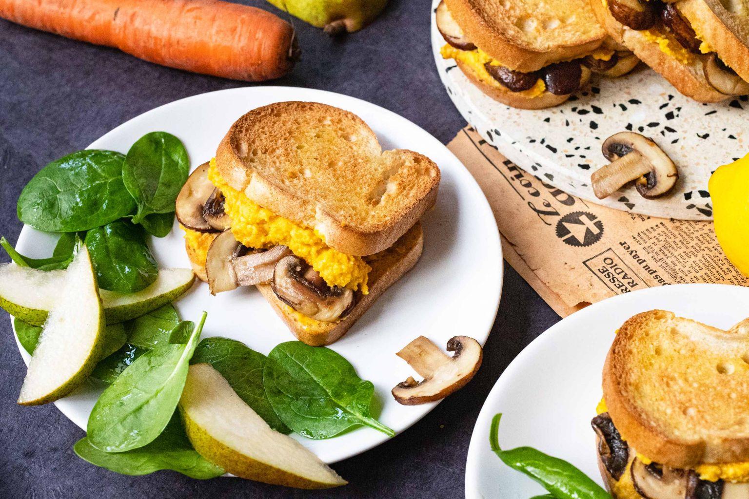 Club-sandwichs aux champignons bruns et houmous