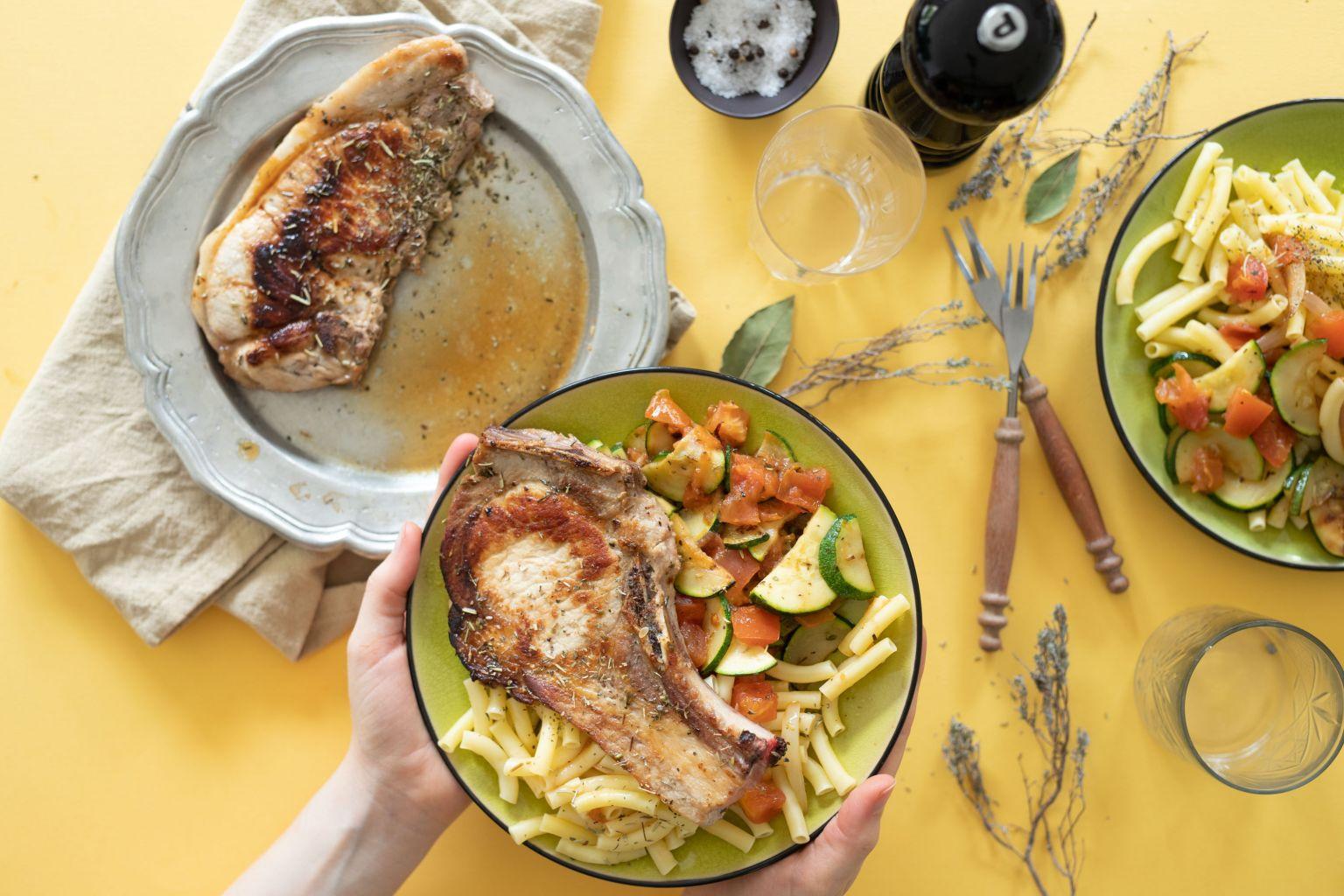 Côtes de porc et poêlée de légumes à la provençale