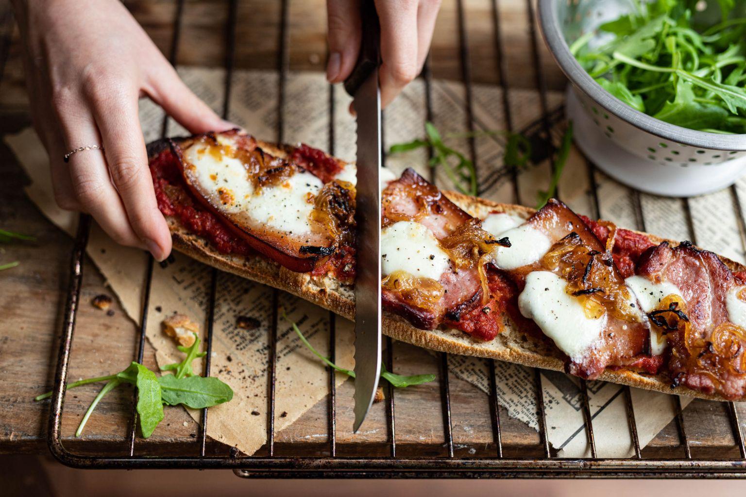 Pain façon pizza à la poitrine fumée et à la mozzarella