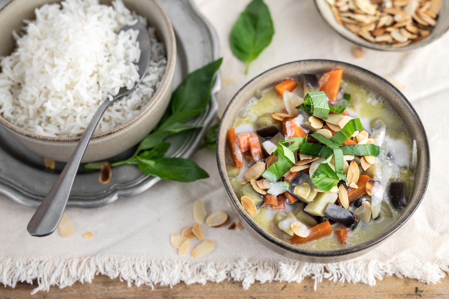 Curry vert de légumes au lait de coco et amandes