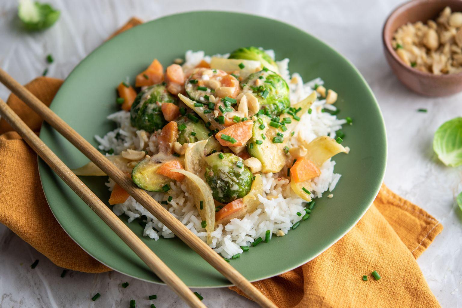 Curry rouge de légumes, cacahuètes et riz basmati