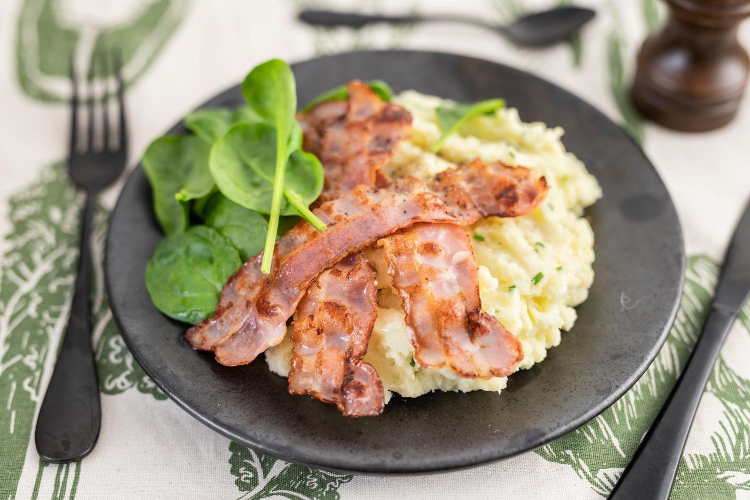 Écrasé de pomme de terre, bacon et pousses d'épinard