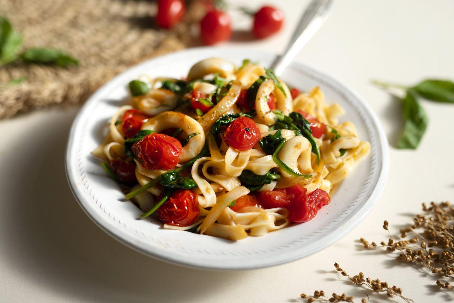 Encornets au piment d'Espelette, tomates cerises poêlées et basilic