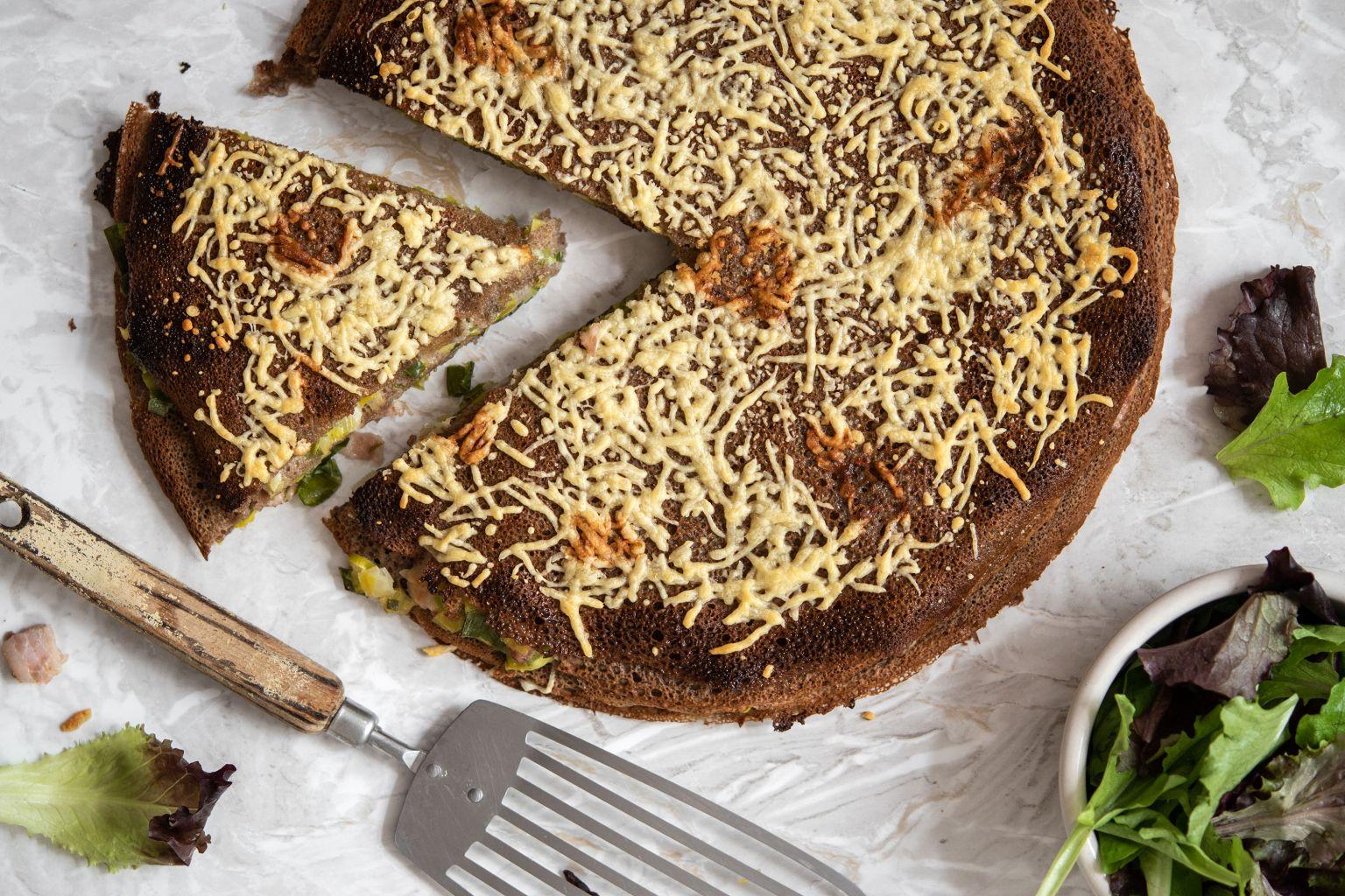 Gâteau de galettes à la poitrine fumée et tomme du Jura