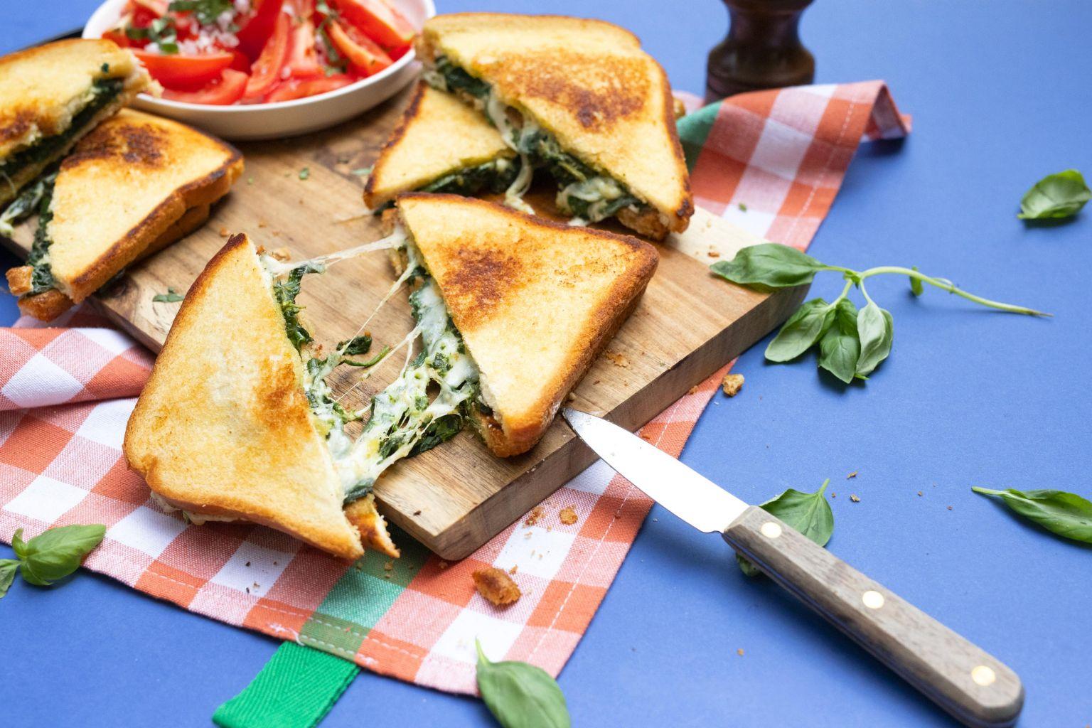Grilled cheese à la mozzarella DOP, pistou de basilic et épinards