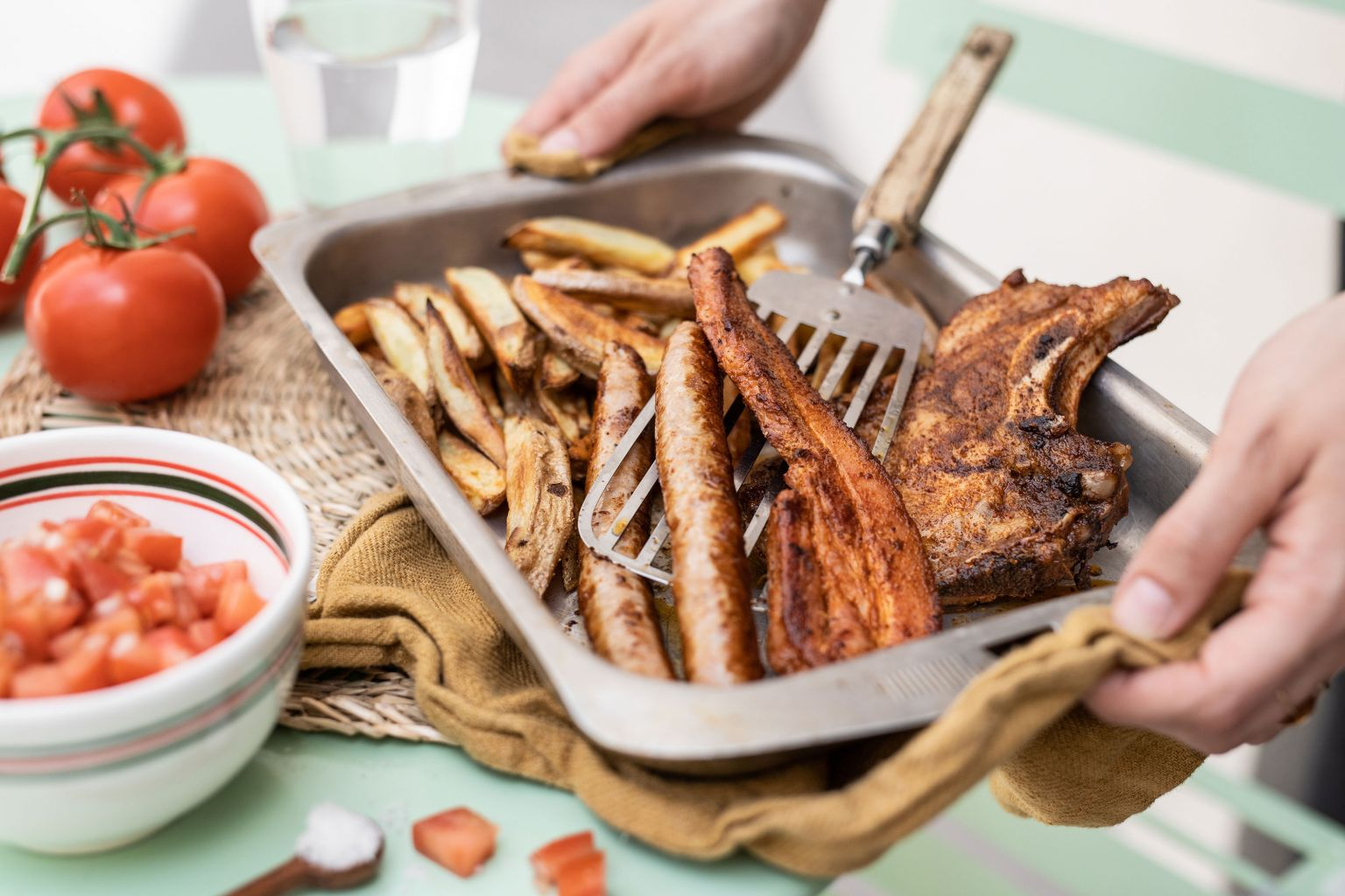 Kit à griller tex mex (poitrine, côte et chipolata), frites et salade de tomate moutardée