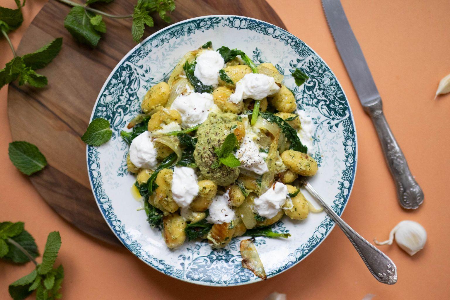 Gnocchi, sauce crémeuse de courgette à la menthe et burrata