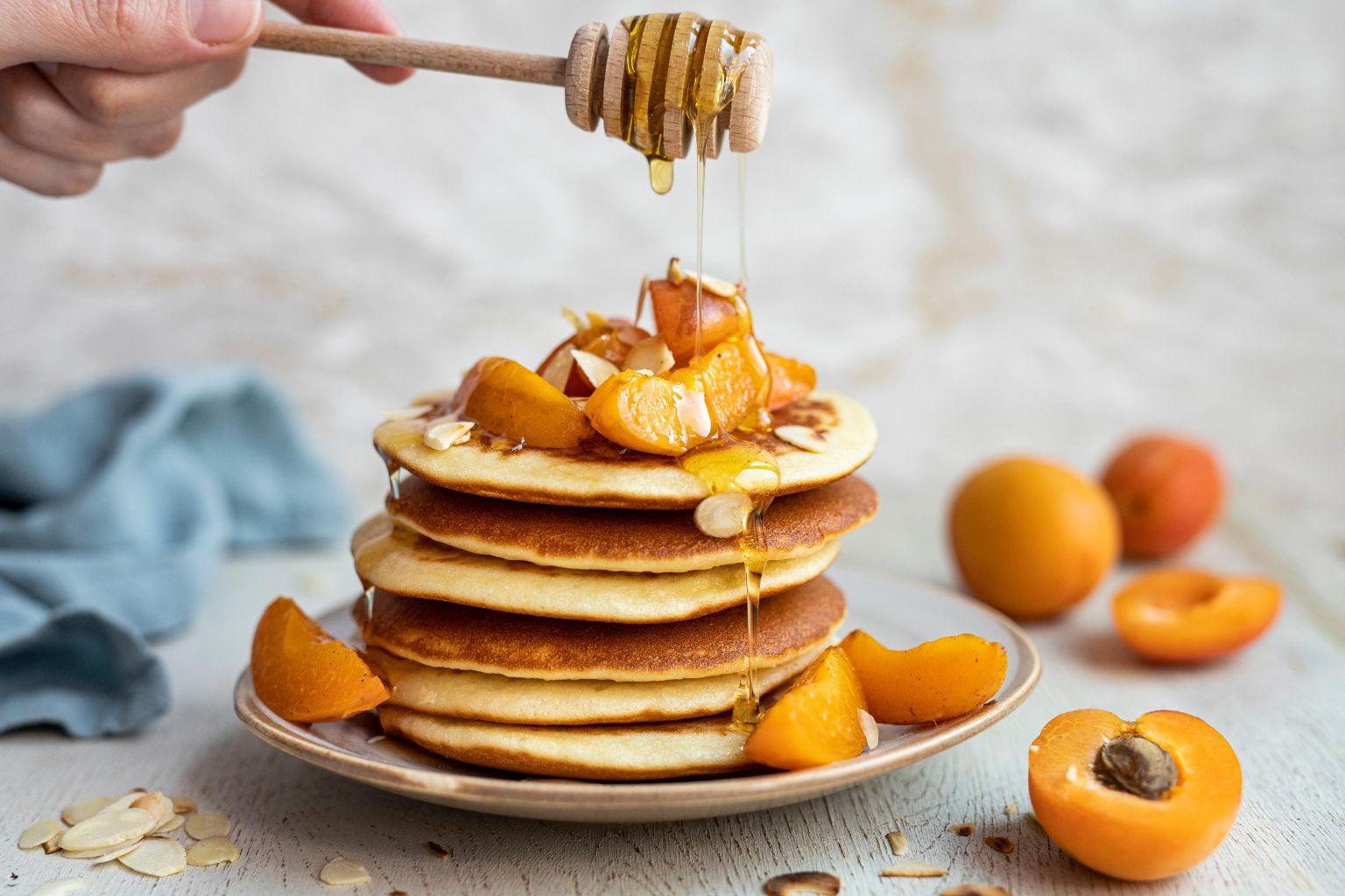 Pancakes aux abricots, au miel et aux amandes