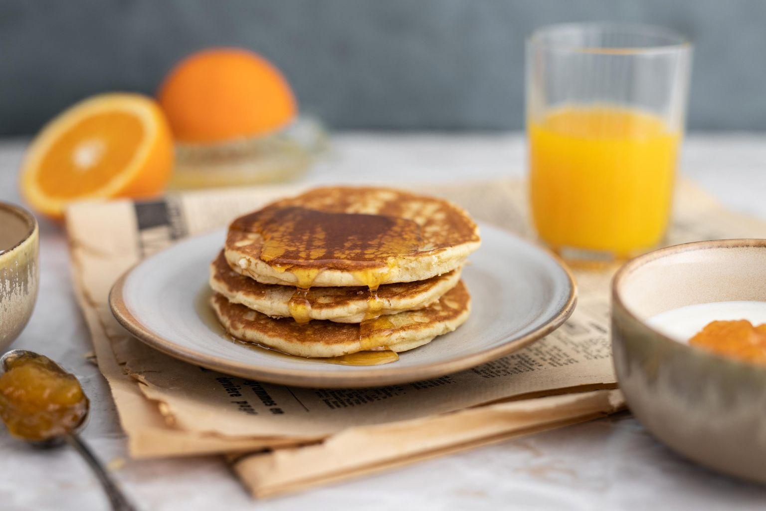 BRUNCH - Pancakes au sirop d'érable, yaourt à la confiture de mangue/abricot et jus d'oranges pressées