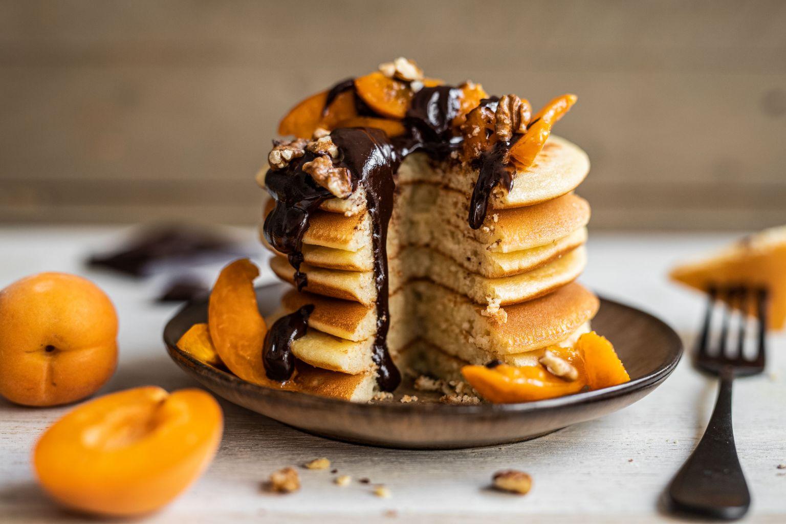 Pancakes aux abricots, sauce chocolat et noix