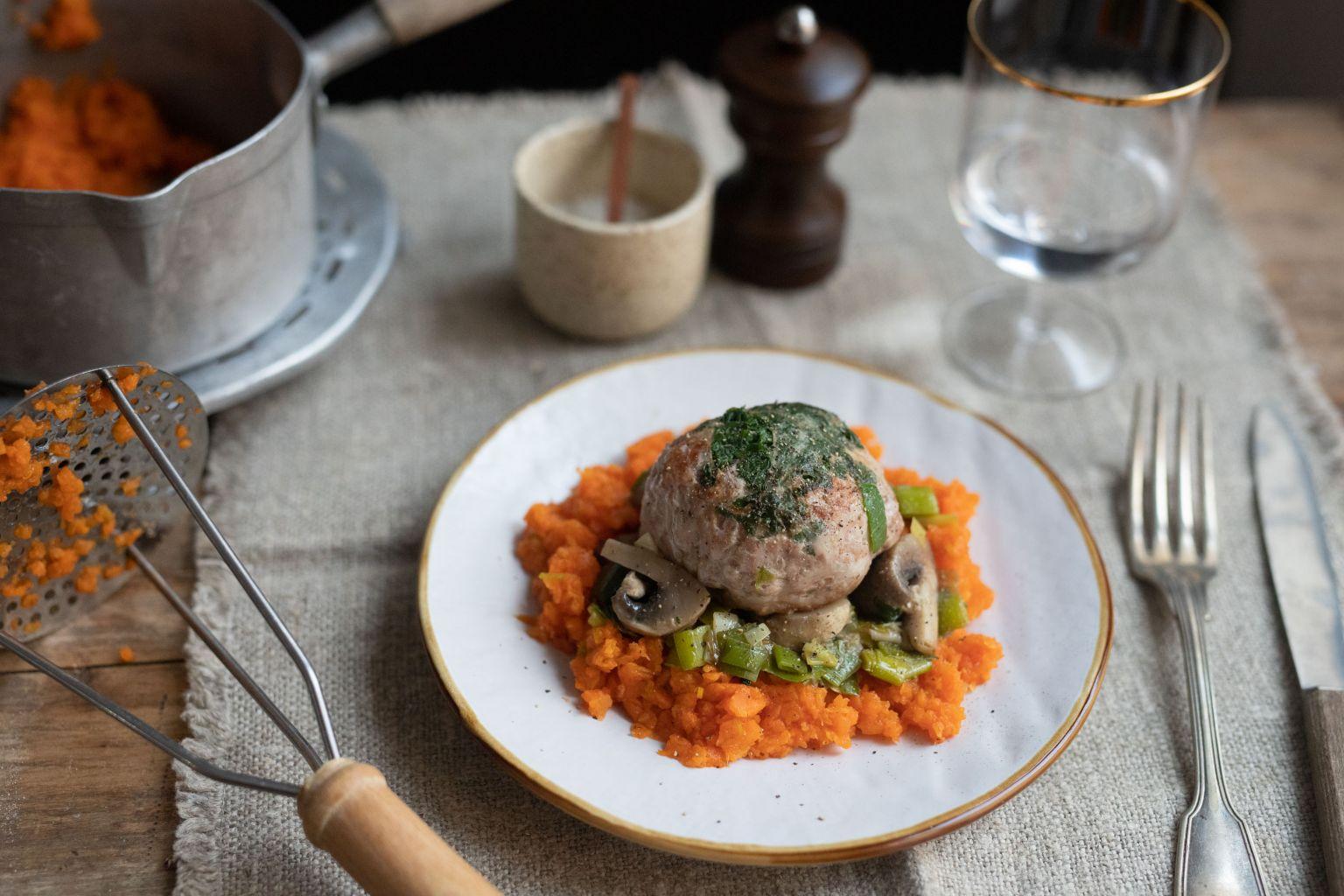 Mijoté de crépinettes aux deux légumes et purée de carottes