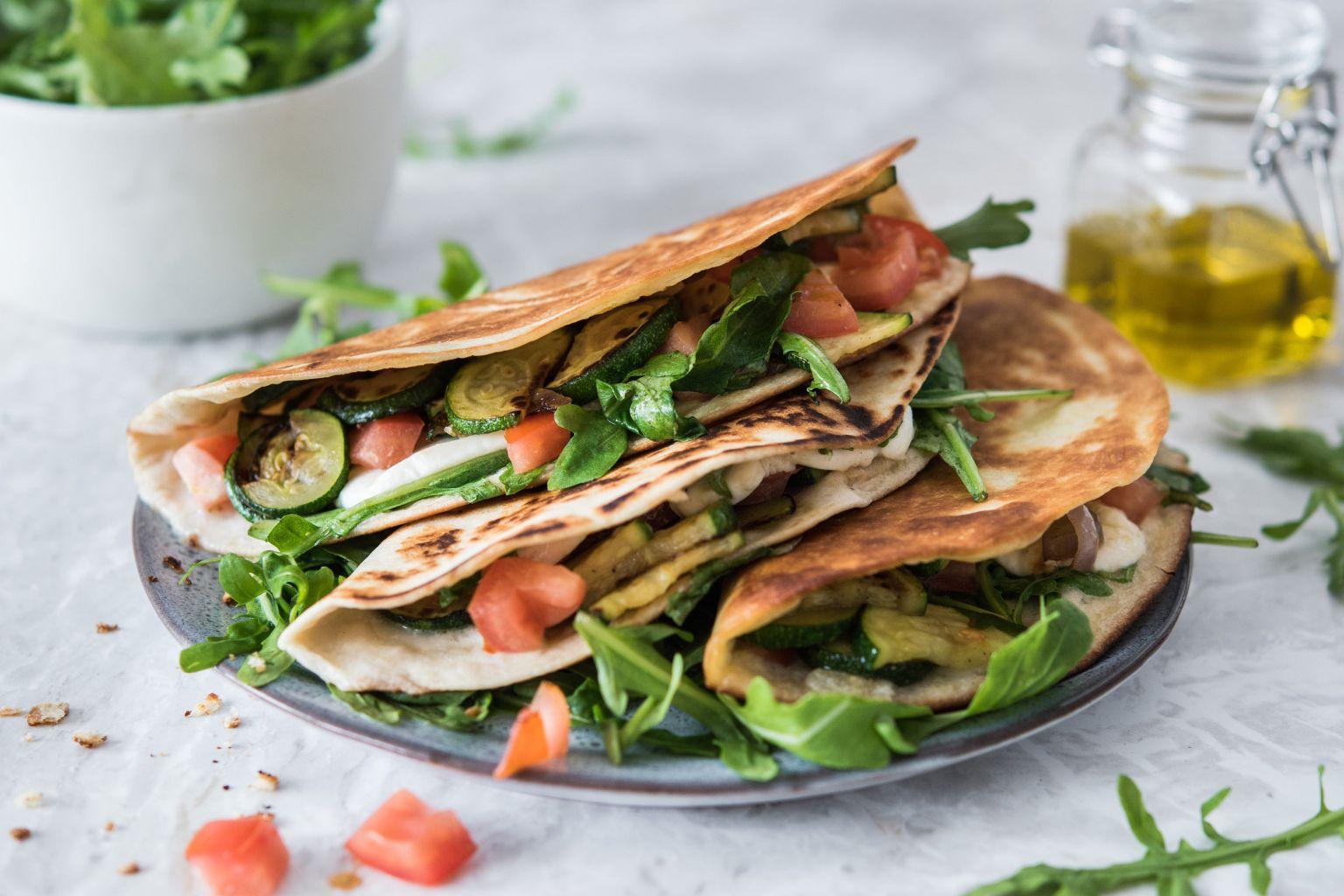 Piadina aux légumes, roquette et mozzarella