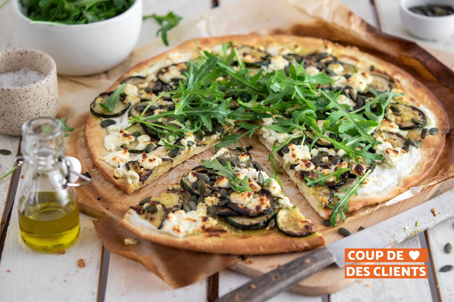 Pizza à la courgette, féta, graines de courge et huile d'olive au basilic