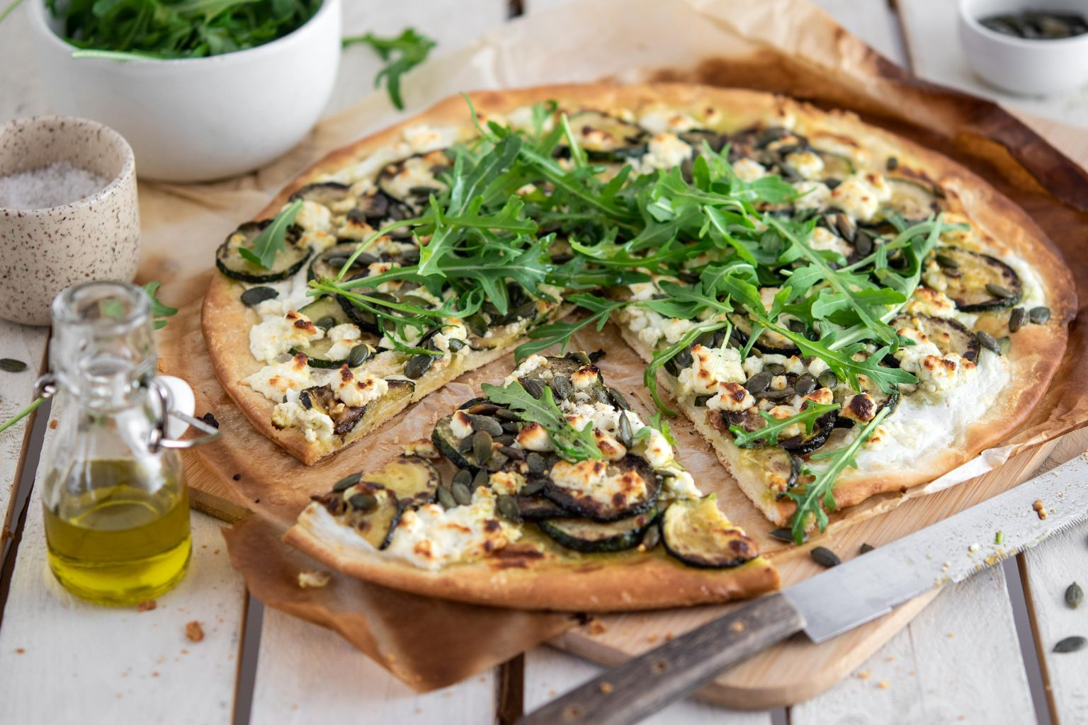 Pizza à la courgette, féta et graines de courge