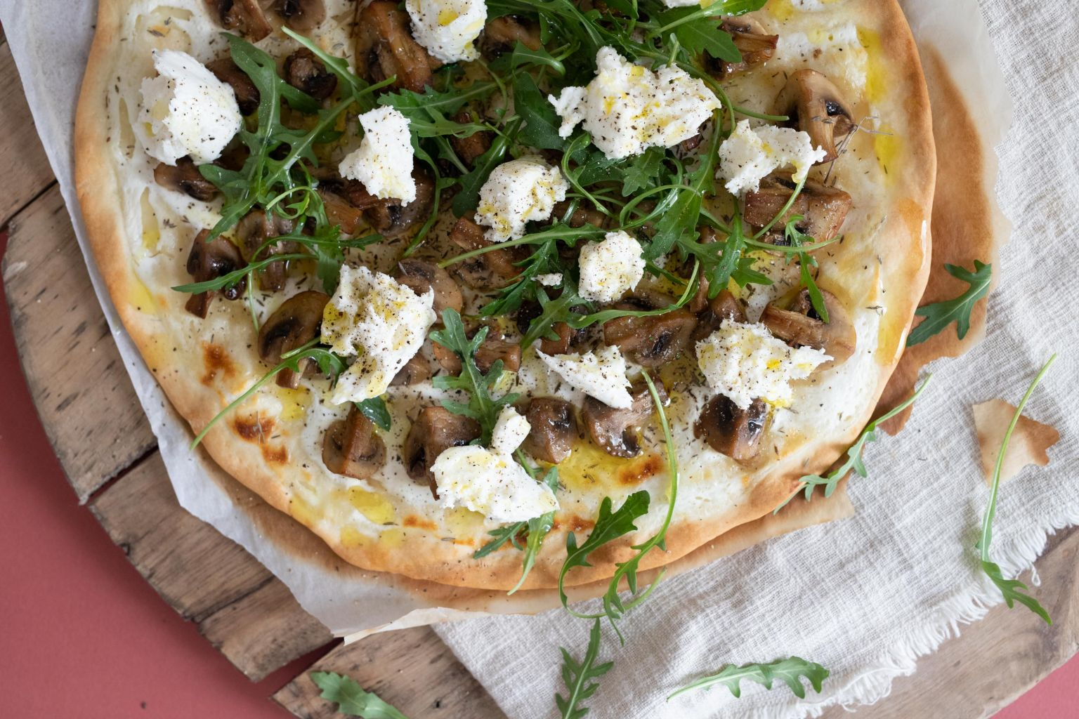 Pizza aux champignons et mozzarella di bufala