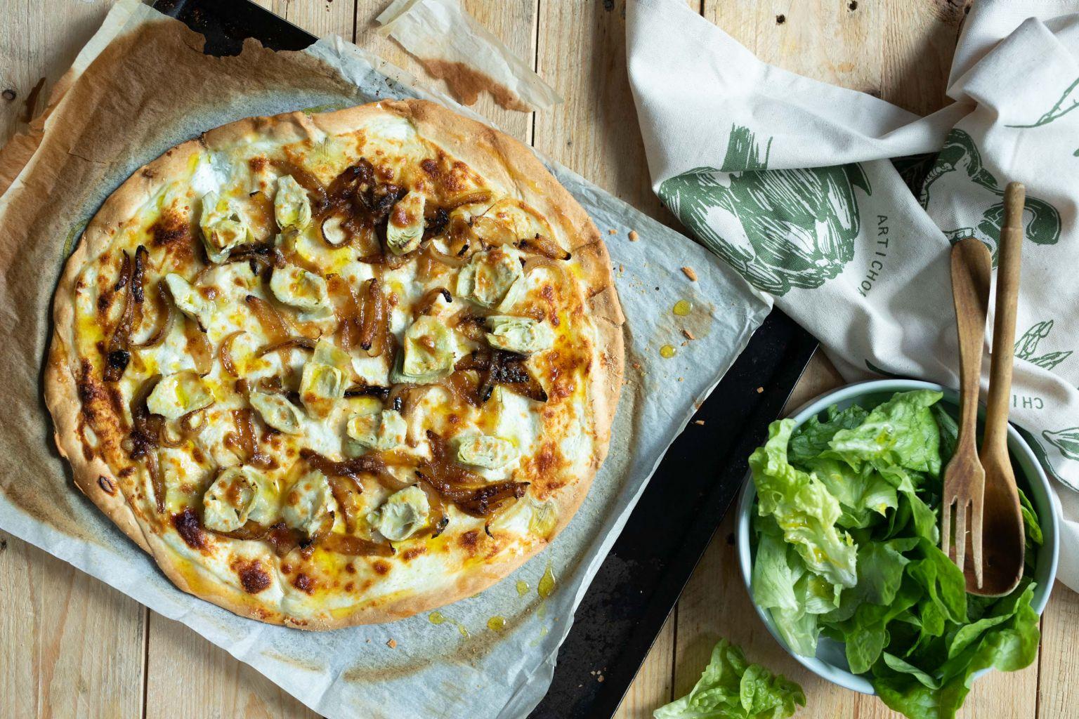 Pizza aux artichauts, oignon caramélisé et parmesan