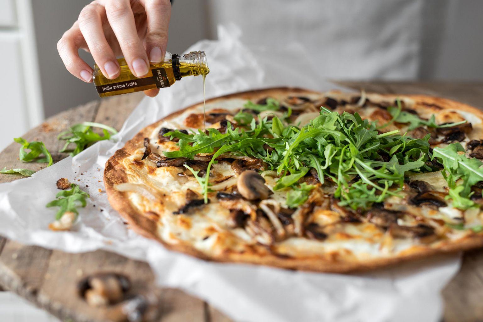 Tarte fine aux champignons et huile d'olive parfumée à la truffe