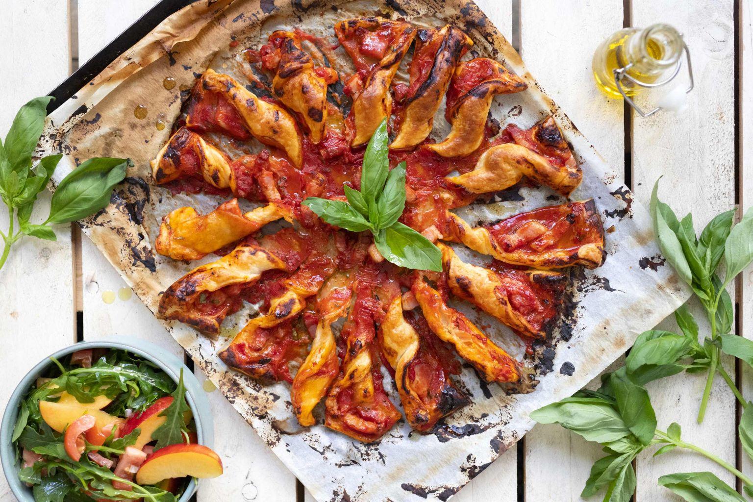 Pizza-soleil à la poitrine fumée et salade de tomate et nectarine