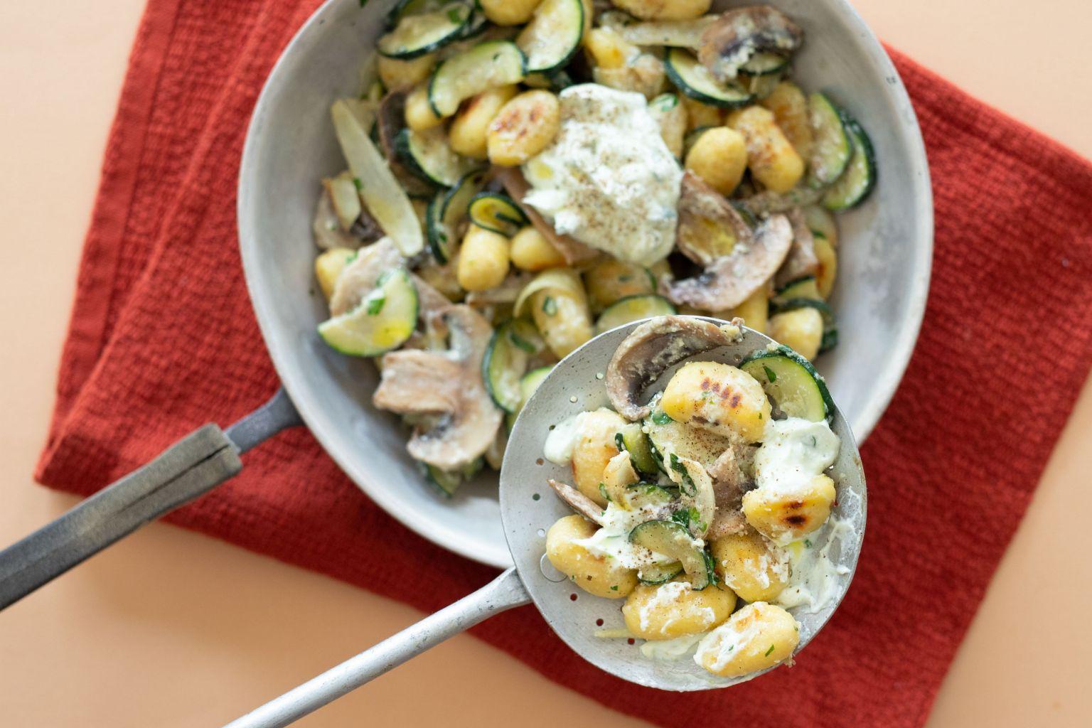 Poêlée de gnocchi aux légumes et crème de féta à l'ail des ours