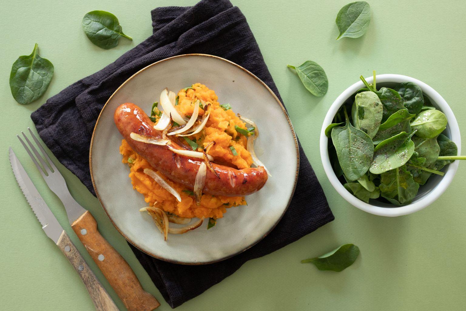 Saucisse fumée au basilic, purée de panais-carotte et salade