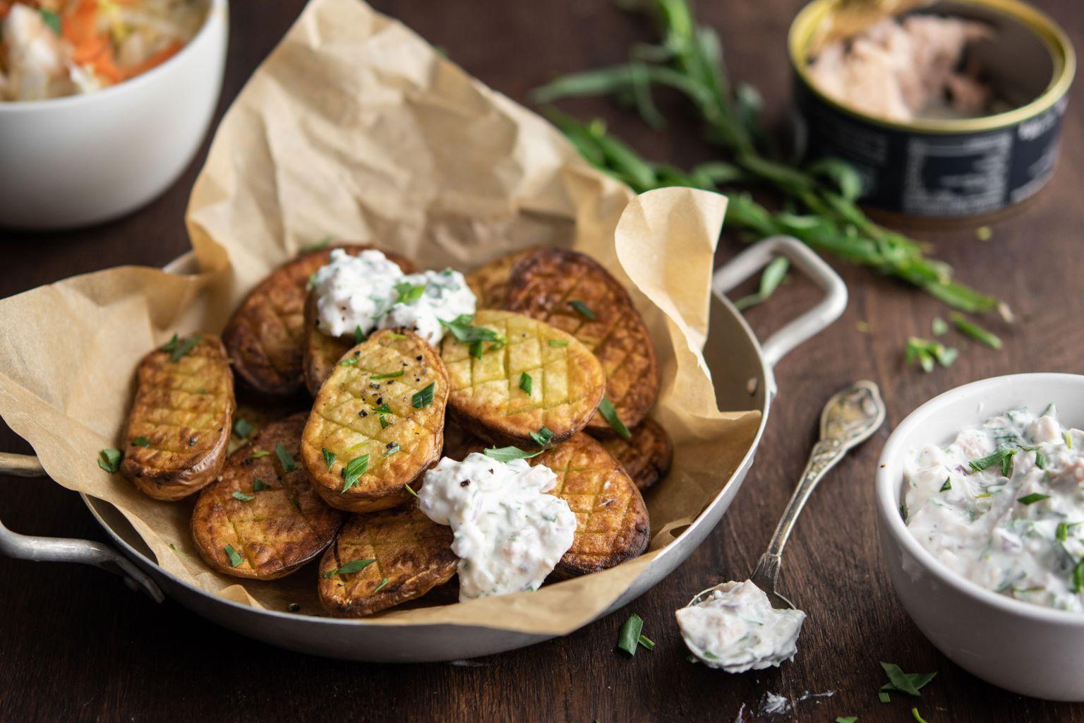 Pommes de terre rôties au four et crème de thon à l'estragon