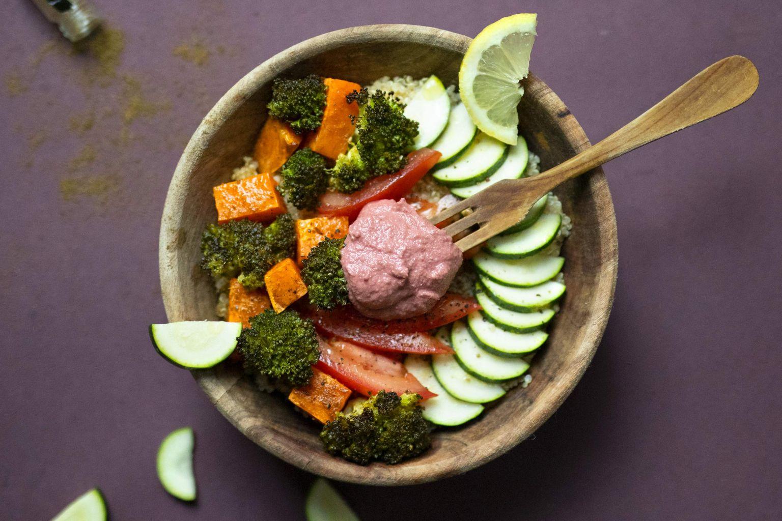 Buddha bowl de brocoli et patate douce rôtis et houmous à la betterave