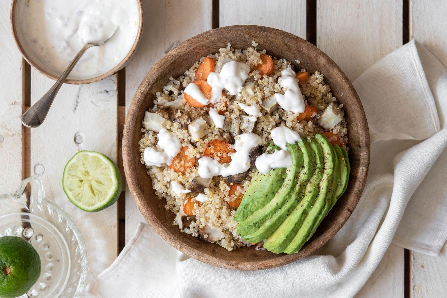 Quinoa bowl aux légumes rôtis et à l'avocat