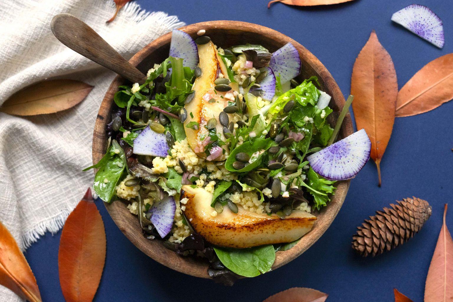 Millet bowl automnal à la poire et radis bleu