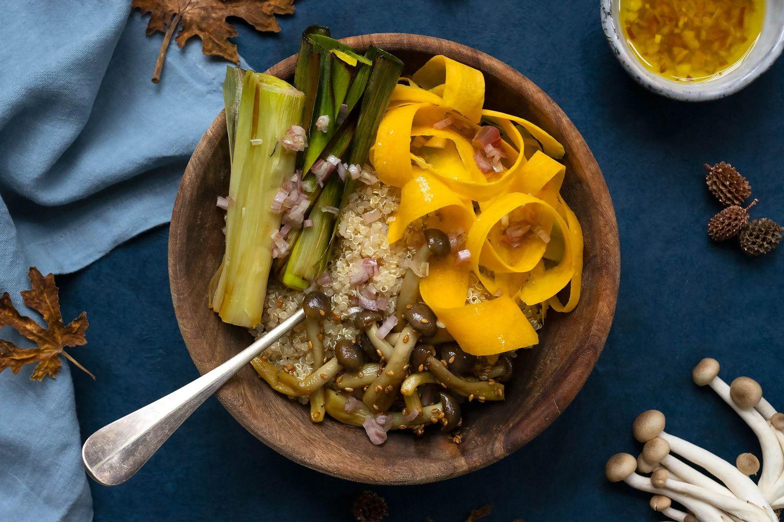 Quinoa bowl aux shimeji et poireau rôti