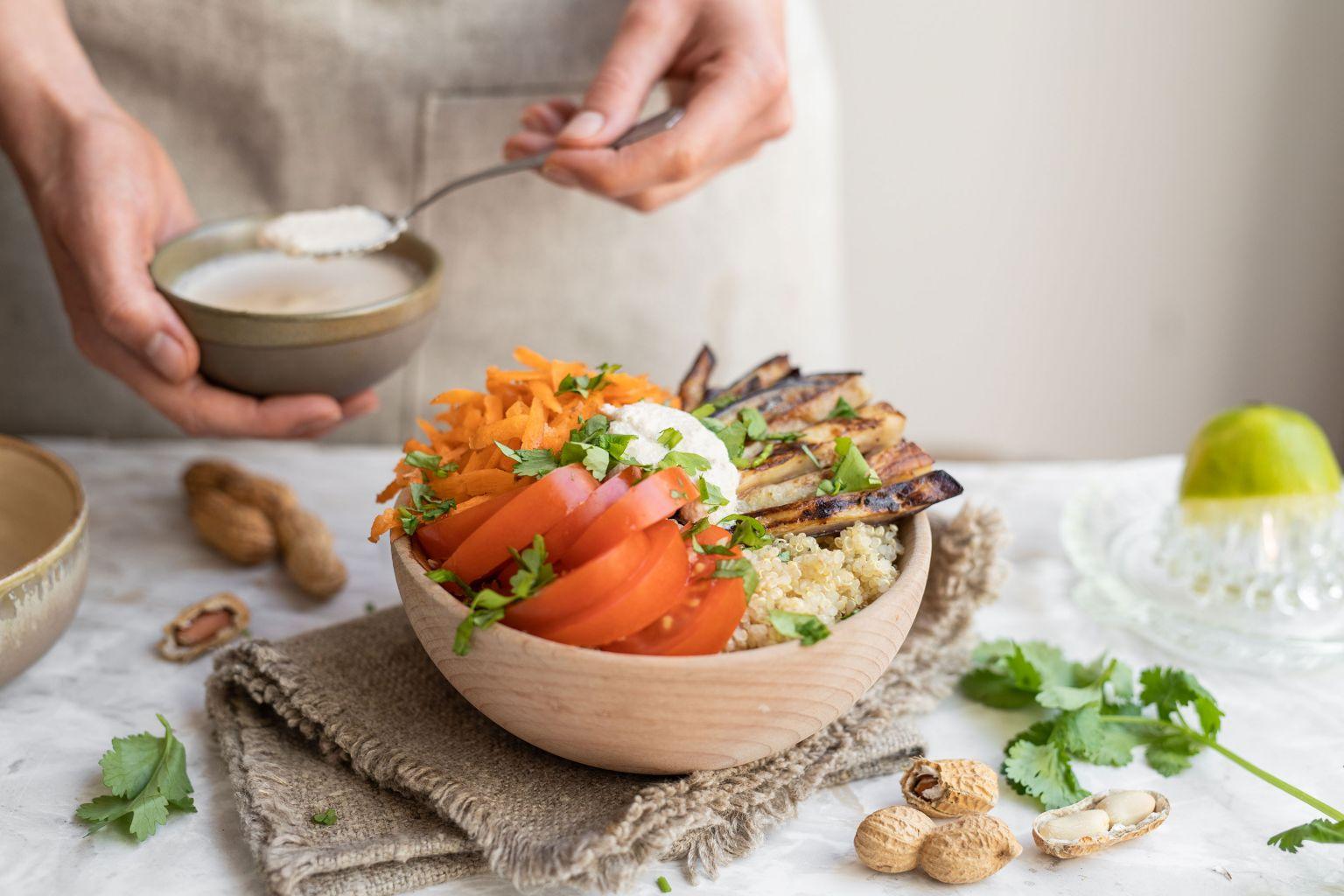 Quinoa bowl sauce onctueuse aux cacahuètes