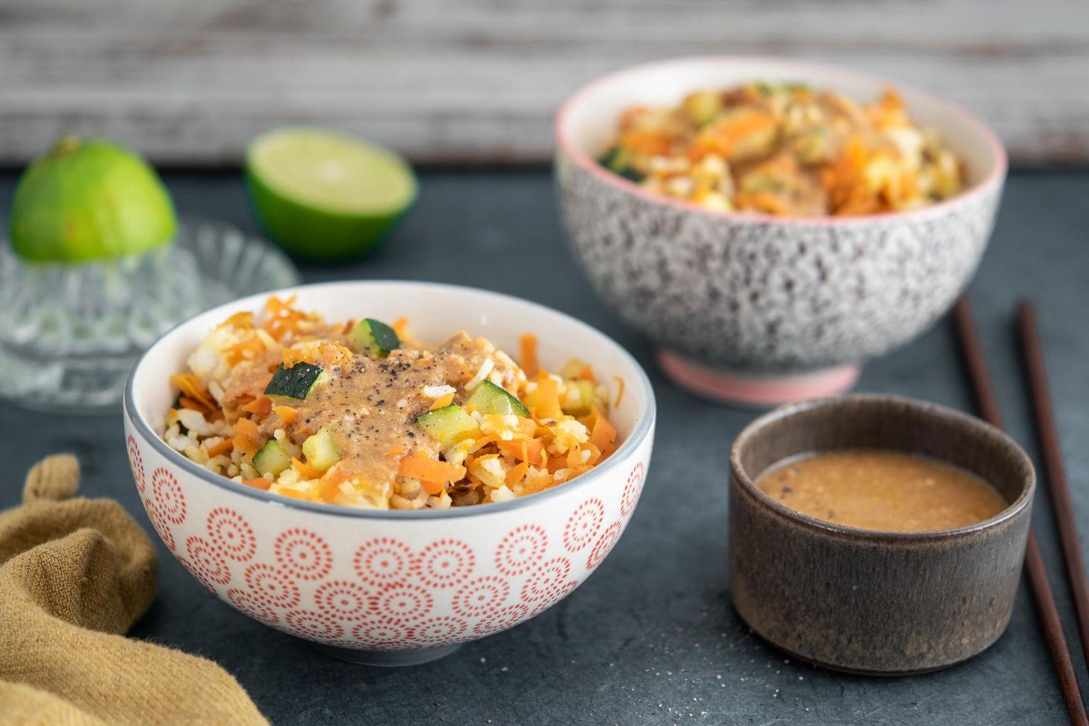 Riz sauté aux légumes et sauce satay