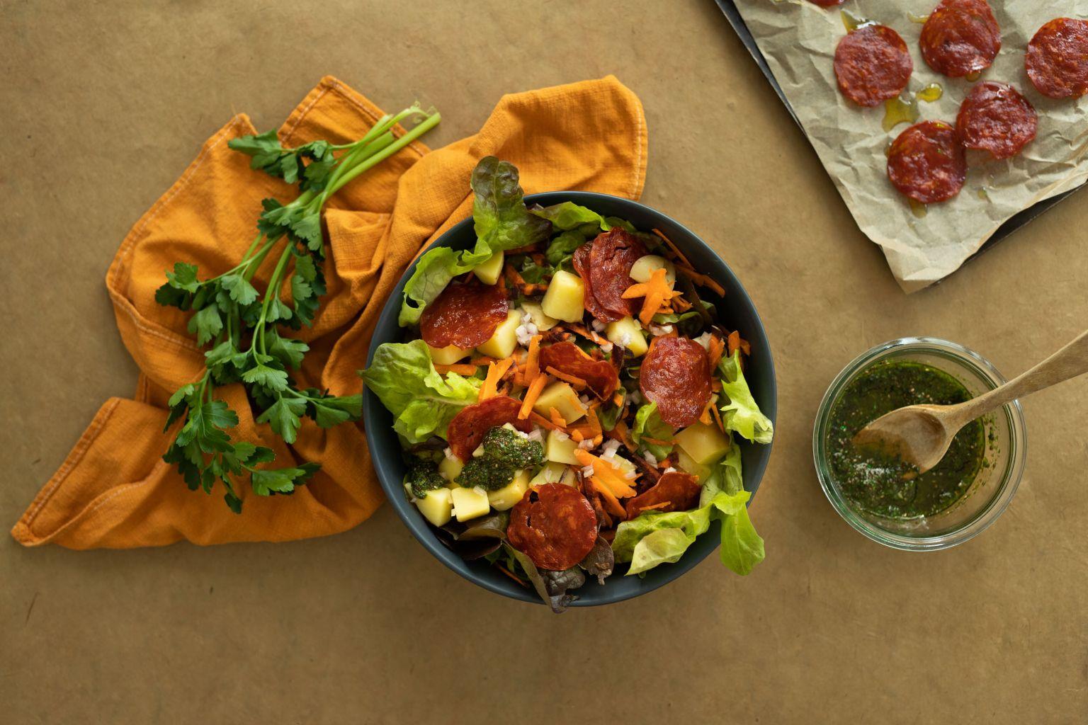 Salade colorée au chorizo croustillant et pistou de persil