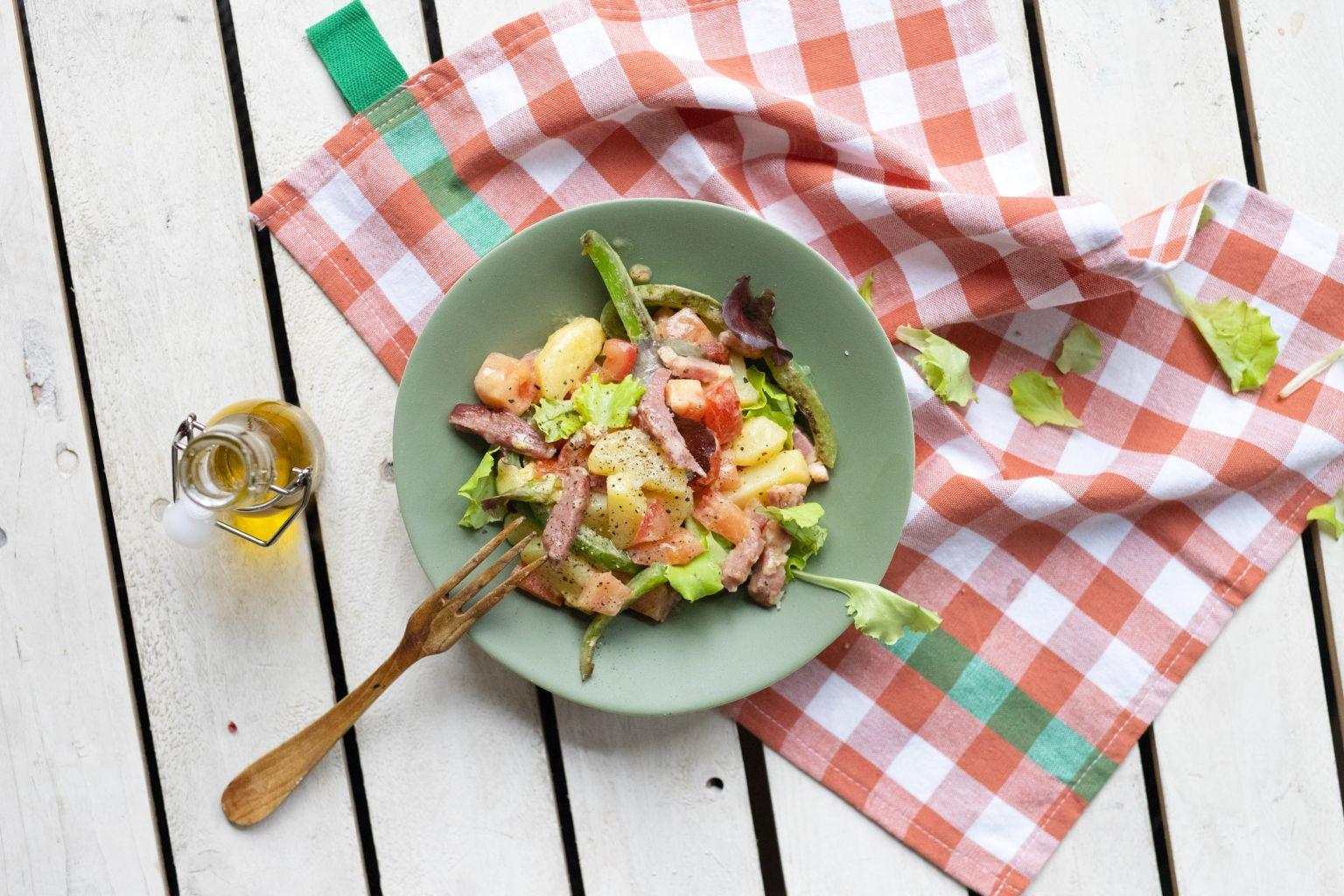 Salade de pommes de terre aux lardons fumés