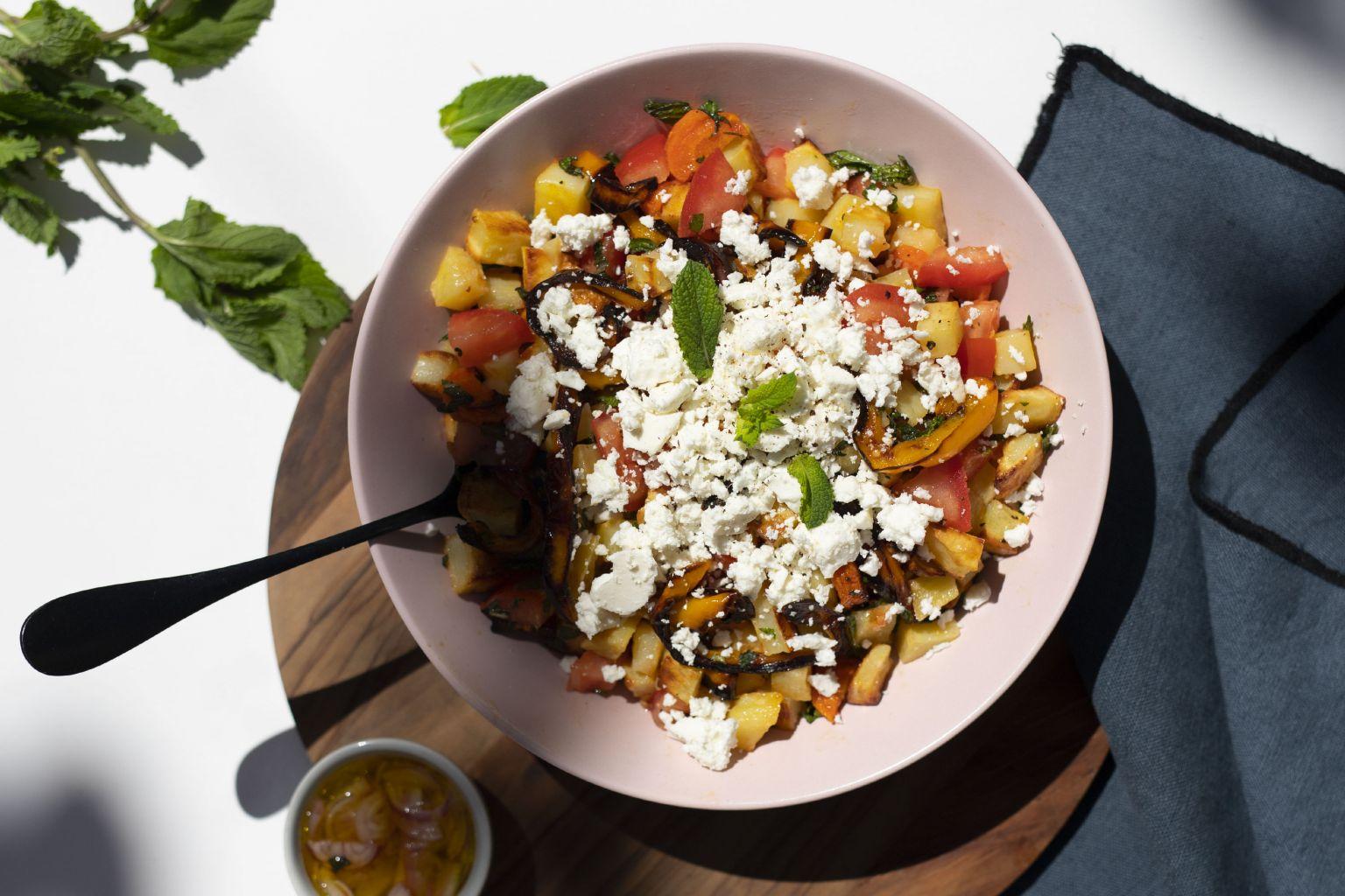 Salade de légumes rôtis, chèvre grec et menthe