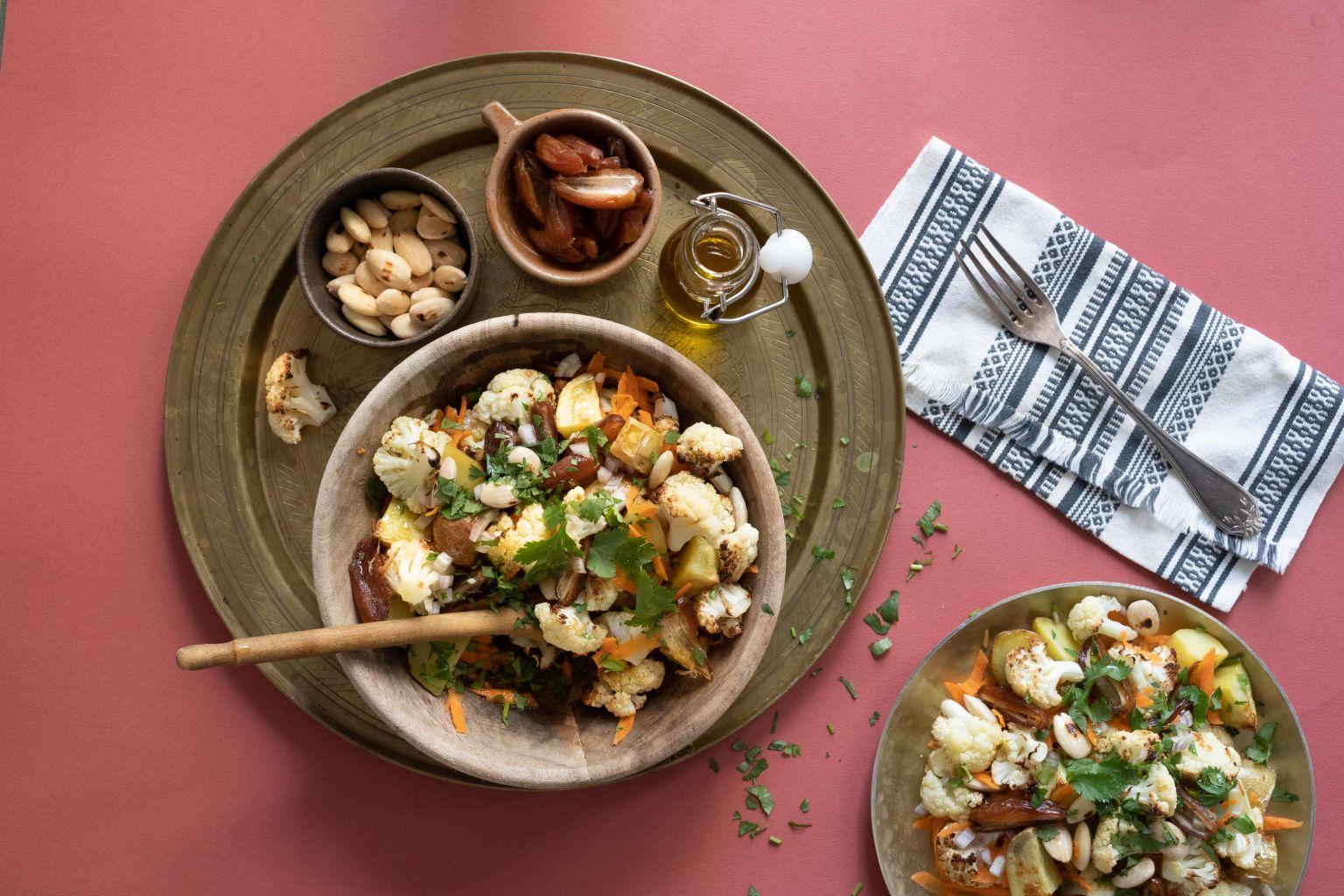 Salade de chou-fleur rôti aux dattes et amandes