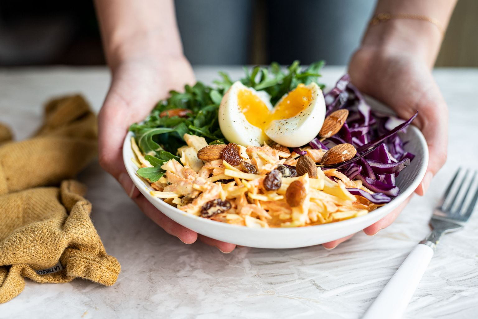 Salade de coleslaw, oeuf poché et raisin secs