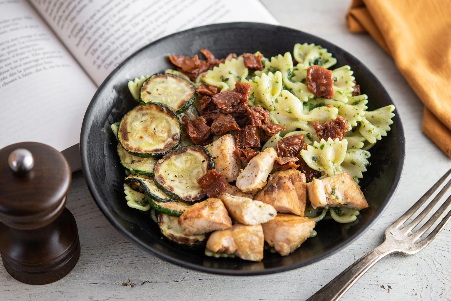 Salade de farfalles au basilic, émincé de poulet rôti, courgettes grillées