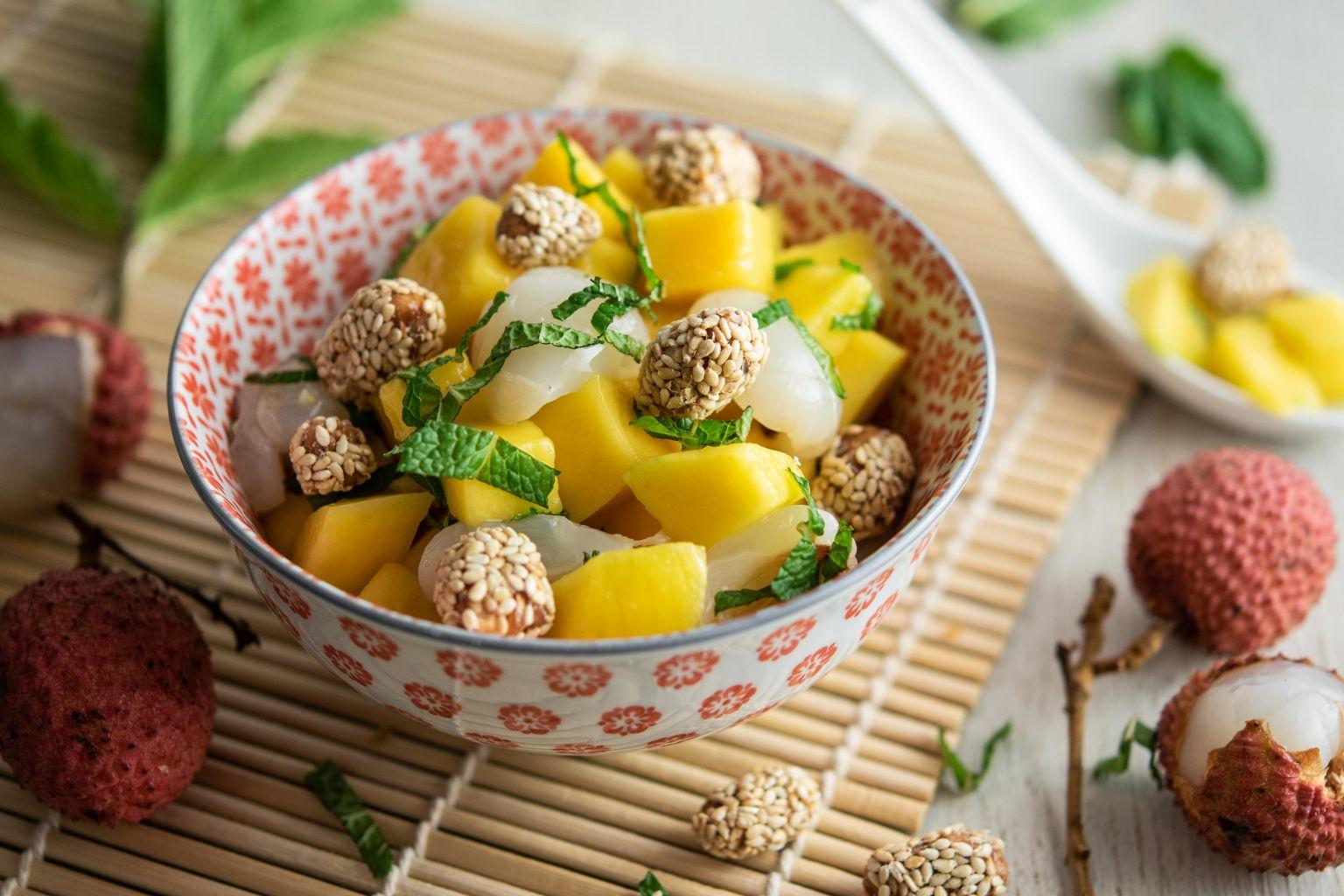 Salade de mangue, fruit de la passion et menthe, cacahuètes caramélisées au sésame