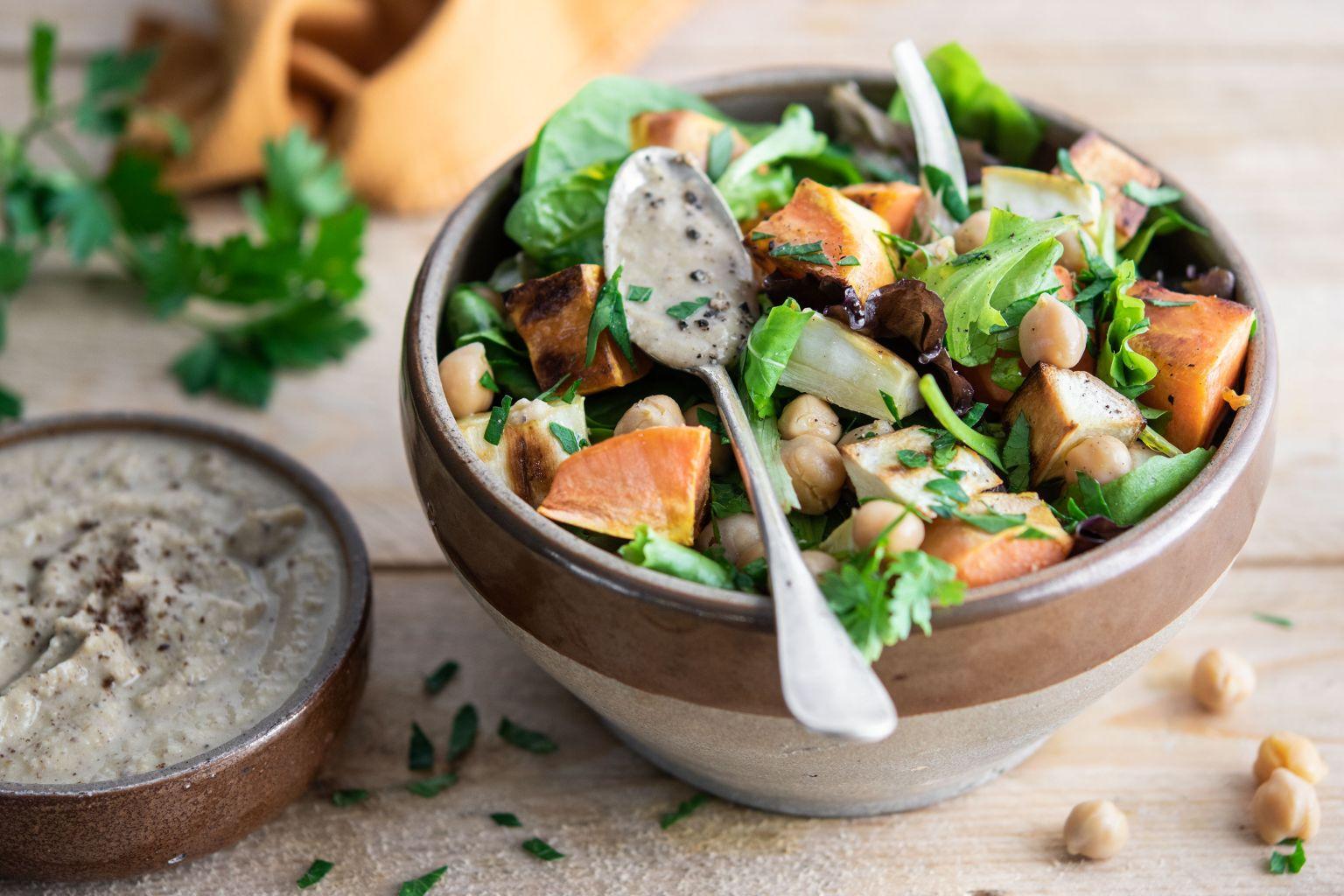 Salade de patate douce et légumes rôtis, houmous au sumac