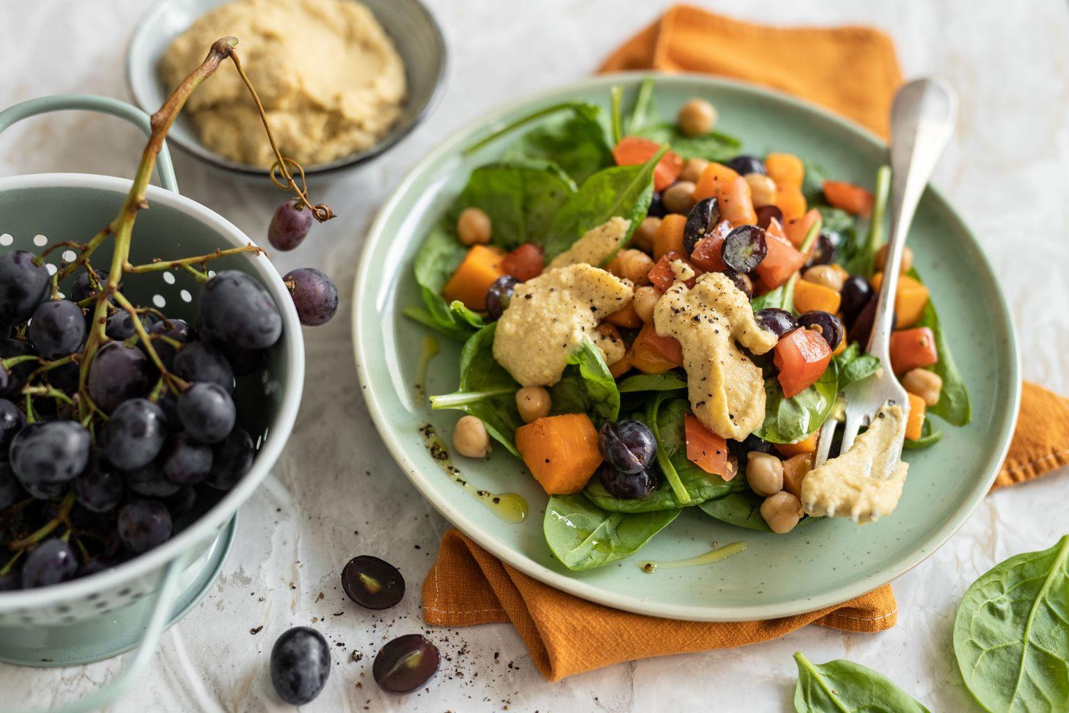 Salade de patate douce au houmous et raisins noirs