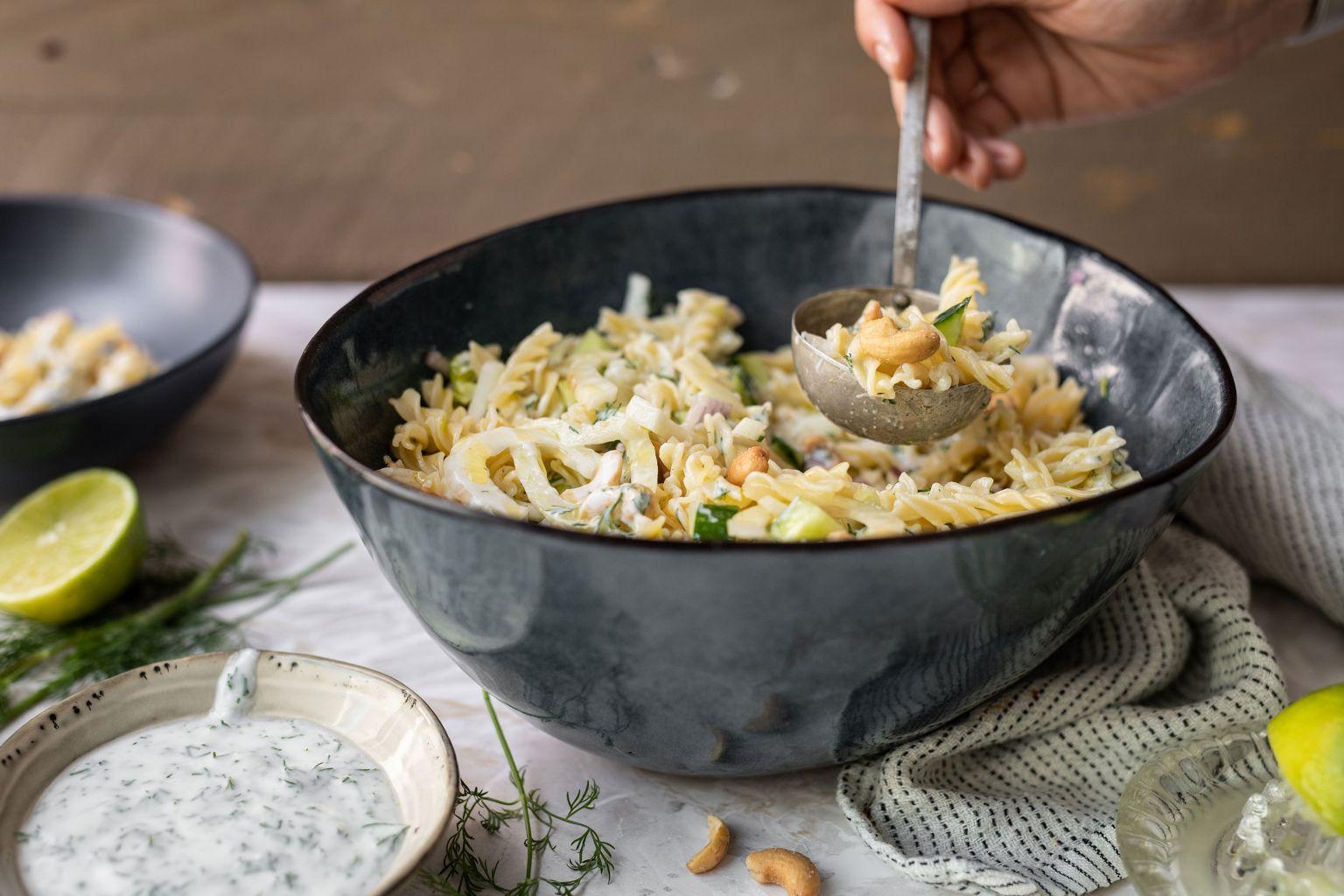 Salade de pâtes aux noix de cajou grillées et sauce fraîche à l'aneth et citron vert