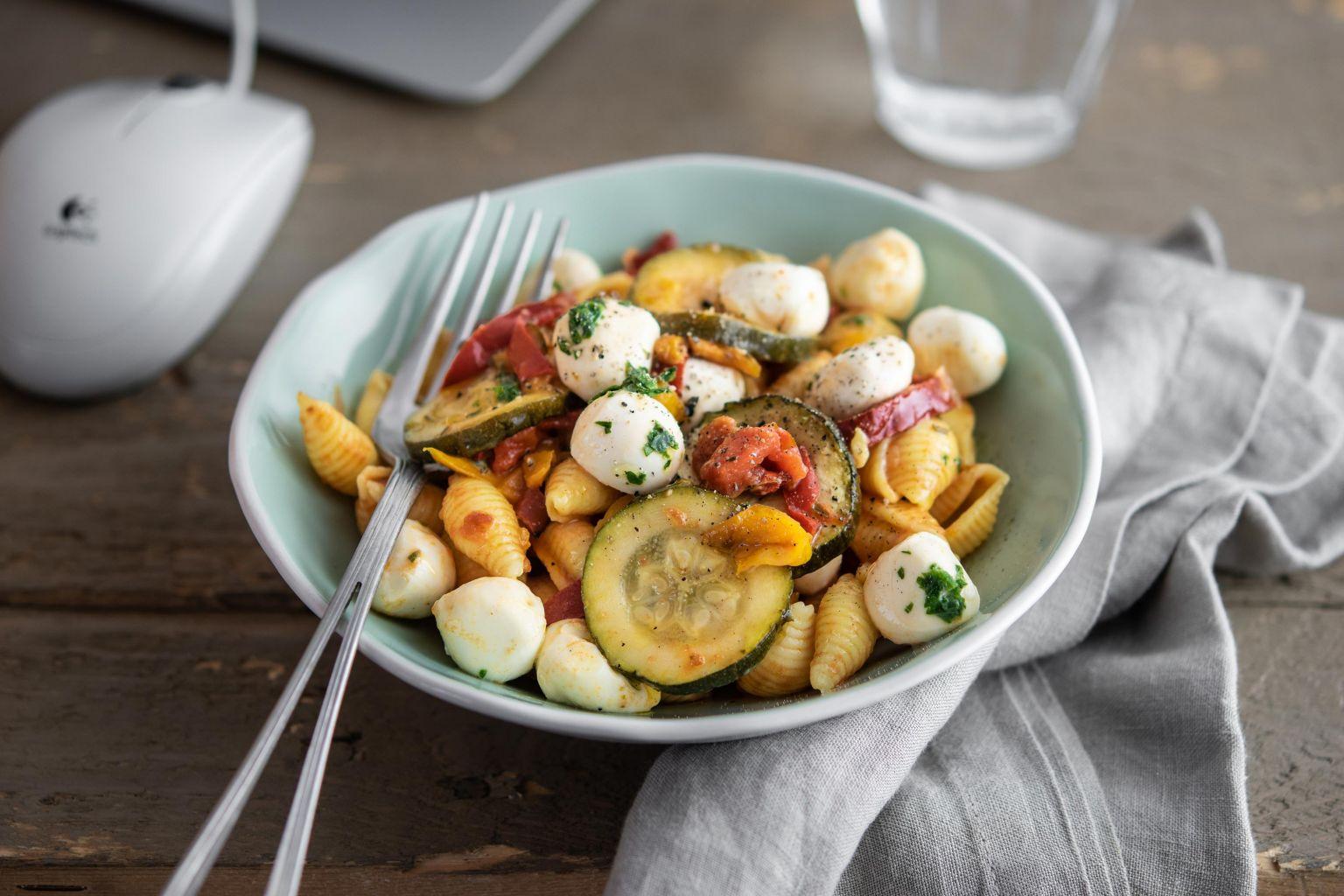 Salade de pâtes conchiglie aux légumes grillés, billes de mozzarella