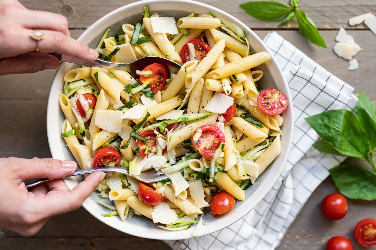 Salade de penne aux tomates cerises et parmesan