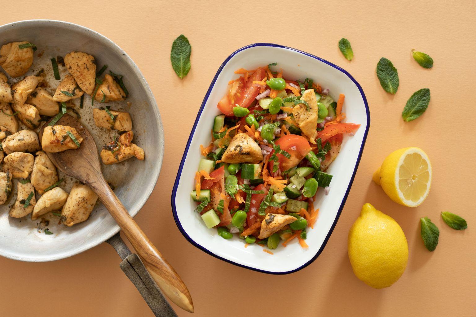 Salade de poulet aux fèves, citron et menthe