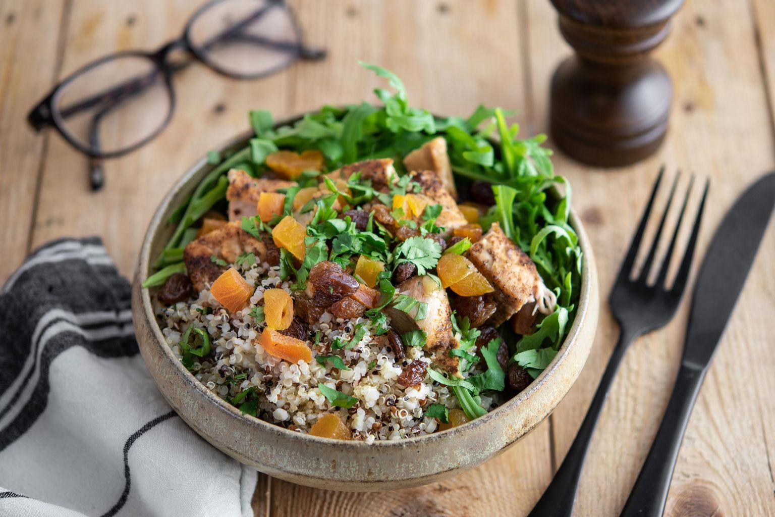 Salade de poulet mariné aux épices, boulgour, quinoa rouge, fruits secs