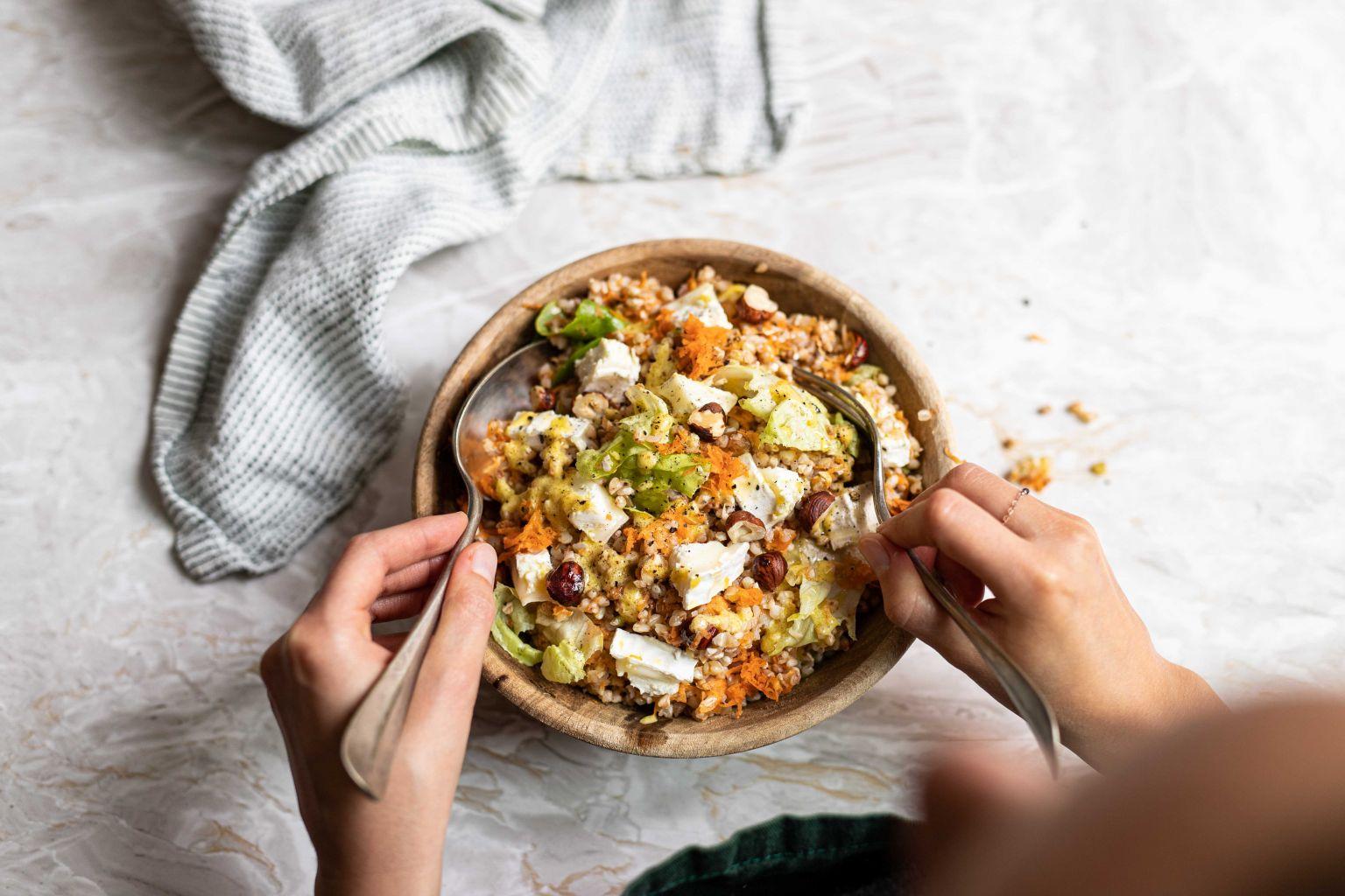 Salade de sarrasin à la bûche, moutarde et noisettes